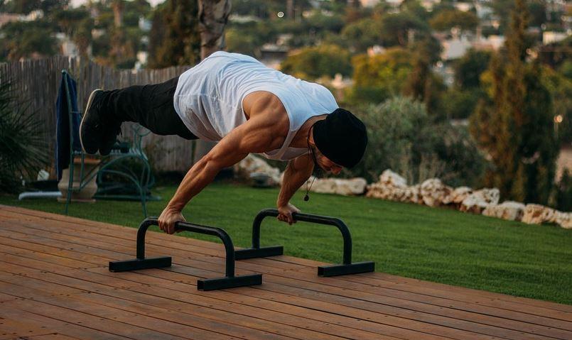 Sport im Freien – Körperübungen im Fitnesspark